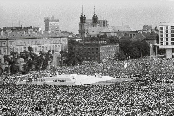 Jan Paweł II przemawia na Pl. Zwycięstwa